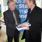 Herr Böhm nimmt stellvertretend für Regierungspräsident P. Beinhofer die Unterschriftslisten entgegen