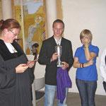"""Die Jugend von Gethsemane überreicht den Jugendpokal """"für die beste Pfarrerin der Welt"""""""