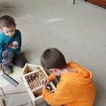 Der Rahmen wird gefüllt mit Stroh, Tannenzapfen, Zweigen, Holz- und Tonstücke