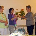 """Fr. Gehrig und Ingendahl erhalten als """"Dankeschön"""" je einen Blumenstrauß"""