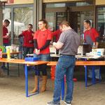 Bratwürste und Steaks bot das Jugendzentrum an