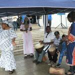 """Die afrikanische Trommelgruppe """"Sahada u. Cisse"""" stammt aus Togo"""