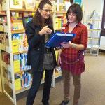 Frau Kerner übergibt an Frau Kölbl vom Bürgerverein Heuchelhof ein kleines Geburtstagsgeschenk für die Bücherei