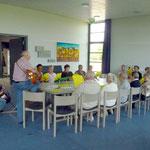 Die Besucher im Gemeindesaal der Gethsemanekirche