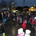 Besucher warten mit den Kindern auf den Nikolaus