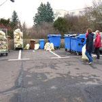 Bewohner von H1 bringen Müll zur Sammelstelle