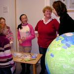 """Bild 3: """"Was machst du für die Umwelt?"""" beantworten die Kinder mit Klebezetteln."""