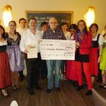 """Neben einer Urkunde erhielten die Banater einen """"Dankeschön-Scheck"""" über 200 Euro, überreicht von unserem Schatzmeister Ch. Leyenberger"""