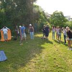Die Klasse 6a der Mittelschule Heuchelhof mit ihrer Lehrerin Frau Müller beim Picknick