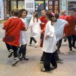 Die Schülerinnen und Schüler der 3d singen und tanzen