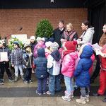 """Mit dem Lied """"Schalom"""" eröffneten die Kinder vom KiGa St. Sebastian mit Musikbegleitung die Feier"""