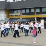 """Die Linedance-Gruppe """"Lucky Liners"""" unter der Leitung von Elfrieda Thomas erhielt für ihren Auftritt viel Beifall"""