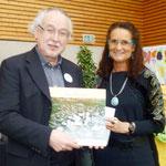 Foto O. Kindermann, Frau Kerner vom Bürgerverein Heuchelhof bedankt sich mit einem persönlichen Fotobuch von unserem Stadtteil