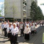 Der Festzug unterwegs zur Den Haager Str., zur Eröffnung von Cafe H 1