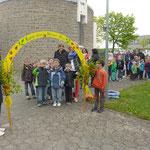 Die Schülerinnen und Schüler zogen durch den goldenen Bogen ...