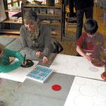 Die Kinder benutzen Pastell-Kreide für die Bilder