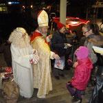 Dann kam das, worauf die Kleinen schon lange warteten: Der Nikolaus und der Engel verteilten Geschenkpäckchen