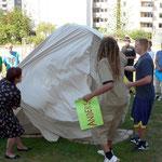 Die Bürgermeisterin Schäfer, der Sozialreferent Scheller u. die Schüler enthüllen das Kunstwerk