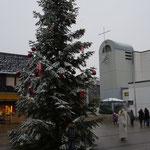 Der verschneite Weihnachtsbaum am Nikolaustag mit dem Weihnachtsengel