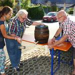 Das vom BVH gespendete Bier wird im Beisein von Ch. Kerner angestochen