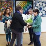 Frau Schmidt vom Bürgerverein überreicht Frau Diegruber einen Blumenstrauß