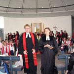 Auszug aus der Kirche mit Vikarin Elke Schwab und Pfarrer Max von Egidy