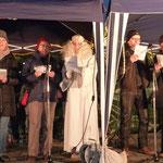 Auf der Bühne singt der Engel mit einem Chor Weihnachtslieder
