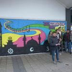 """Das Graffiti an der Wand des Supermarktes """"nah & gut"""" behandelt den Artikel 18 der UN-Konvention (Gedanken-, Gewissens- u. Religionsfreiheit)"""