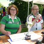Die beiden Turnierleiter: Frau Hoebel und Herr Dammberger mit dem Siegerpokal