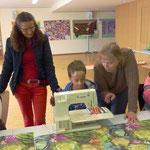 Den Kindern wird gezeigt wie man den Stoff zuschneidet und näht