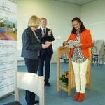 Frau Kerner überreicht die Urkunde sowie ein Geschenk des Bürgervereins