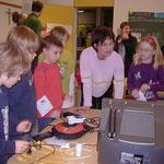 Bild 2: Lehrerin Junge prüft den Stromverbrauch