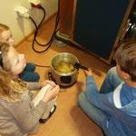 Zum Schluss werden die Linsenküchle in Pflanzenfett gebacken