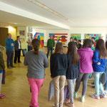 Begrüßung durch den Rektor der Mittelschule und Sprechgesang in verschiedenen Sprachen durch die Schülerinnen und Schüler