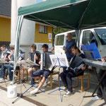 Alexander Schröder und die Mitglieder der Musikschule Fröhlich spielen auf