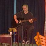 Joe Gudolo trug ein Lied von Johnny Cash vor