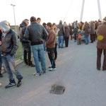 Trotz der Kälte kamen mehrere hundert Teilnehmer zur Lichterketten-Demo