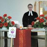 Pfarrer Max v. Egidy begrüßt die Besucher in der Gethsemanekirche