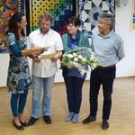 Neben der Urkunde erhält J. Diegruber ein Geschenk vom Bürgerverein