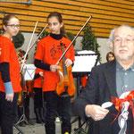 """Foto O. Kindermann, Vom Schüler-Orchester erhält H.Blaum ein T-Shirt als Zeichen für immerwährendes """"Willkommen"""""""