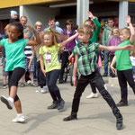 Eine Tanzgruppe aus dem Jugendzentrum unter der Leitung von Katharina