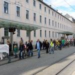 Die zahlreichen Demonstranten passieren die Juliuspromenade