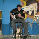 Ivanov Evgeny mit seiner Gitarre sang ein russisches Lied