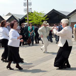 Zur Musik tanzen zahlreiche Besucher auf dem Marktplatz