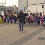 Zwischendurch: Wieder tanzt Dino mit seinen kleinen Besuchern