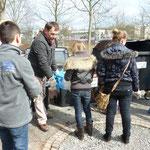 Herr Genser von der Umweltstation der Stadt Würzburg schaut sich das Ergebnis an