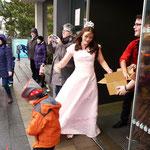 Prinzessin Lydia Schneider von der Sparkasse erschien und warf  Süßigkeiten aus