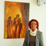 """Die Künstlerin E. Kitzinger neben ihrem Acryl-Gemälde """"Geheimnisvolle Menschen"""""""