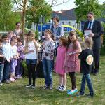 """Kinder der LF-Schule tragen das Gedicht vor: Der Apfelbaum blüht auf"""""""