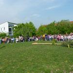Aufstellung um den Baum: Links die Schüler der DKK-Schule, rechts die der Leonhard-Frank-Schule